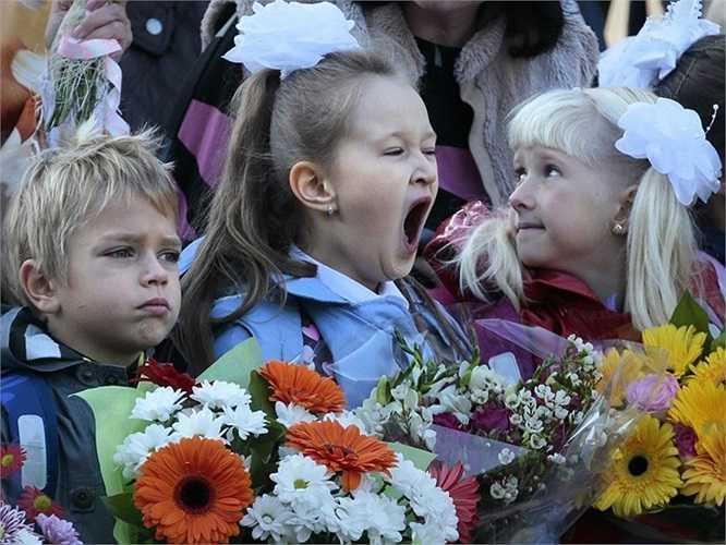 Trẻ em lớp 1 hồn nhiên trong ngày khai giảng năm học mới ở thủ đô Matxcơva, Nga.