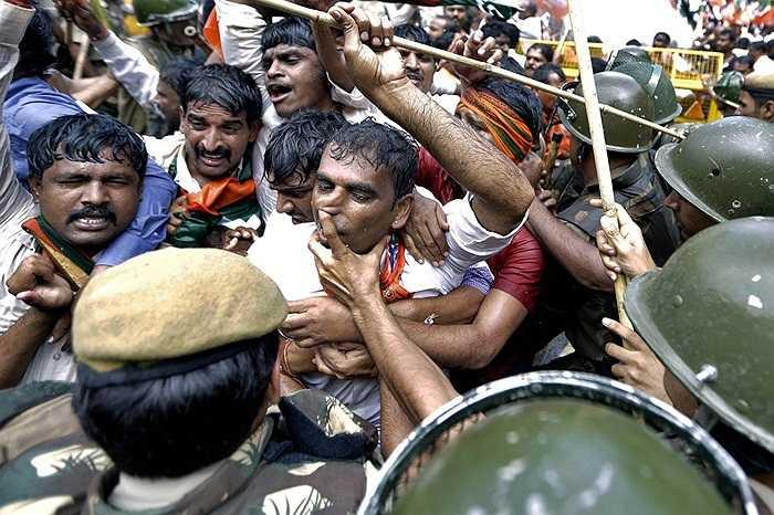 Người biểu tình chống trả quyết liệt trong cuộc đụng độ với cảnh sát ở thủ đô New Delhi, Ấn Độ.