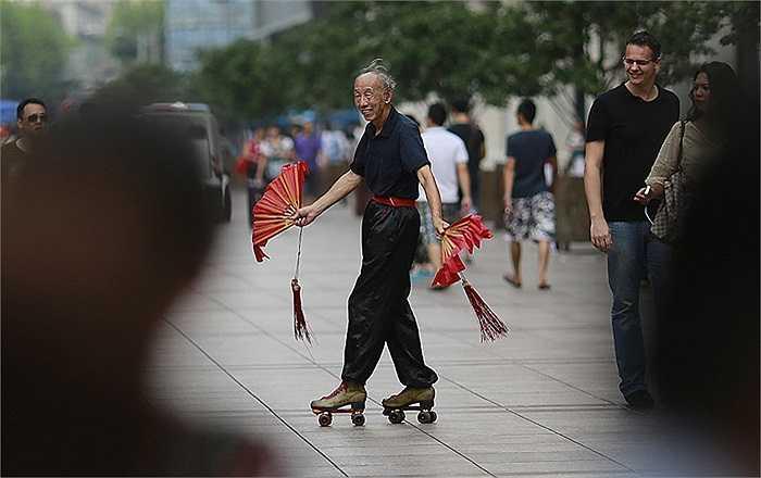 Nghệ sĩ đường phố biểu diễn ở Thượng Hải, Trung Quốc.