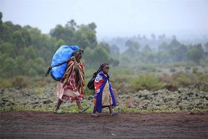 Trẻ em Congo sơ tán trong cuộc đụng độ giữa quân đội chính phủ và phe nổi dậy M23 ở thành phố Goma, phía đông đất nước.