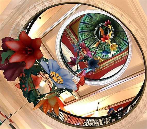 Công trình nghệ thuật độc đáo làm từ giấy của nghệ sĩ Benjia Hamey trưng bày trong Tòa nhà Nữ hoàng Victoria ở thành phố Sydney, Australia.