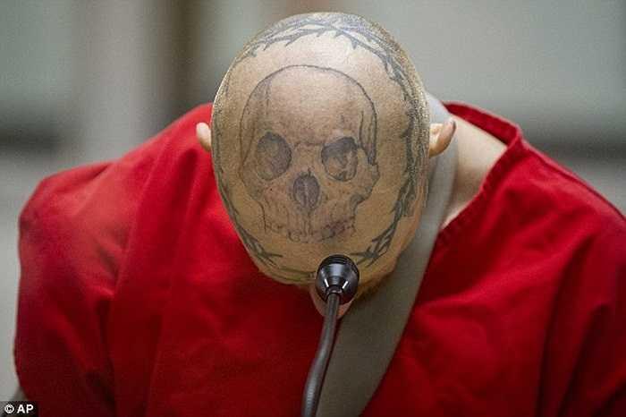 Người đàn ông với hình xăm đầu lâu trên đỉnh hộp sọ chẳng khác gì người hai đầu ở tòa án sau khi bị kết tội ăn cắp xe