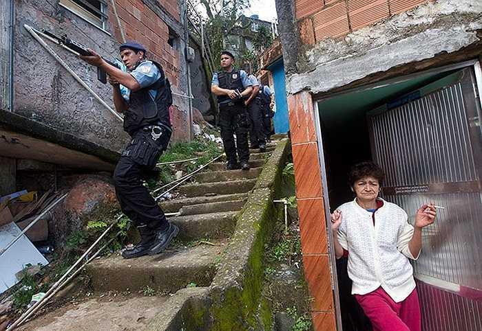 Cảnh sát tại Rio de Janeiro, Brazil đang truy tìm hung thủ vụ sát hại một đồng nghiệp của họ bởi các băng đảng xã hội đen