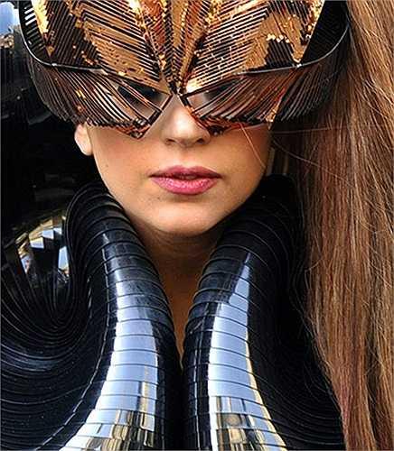 lady Gaga và bộ trang phục ấn tượng trong lễ ra mắt loại nước hoa đầu tiên của cô là Gaga Fame tại New York, Mỹ