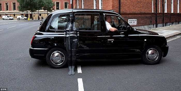 Người mẫu được vẽ lên người gần như tàng hình trước chiếc xe hơi