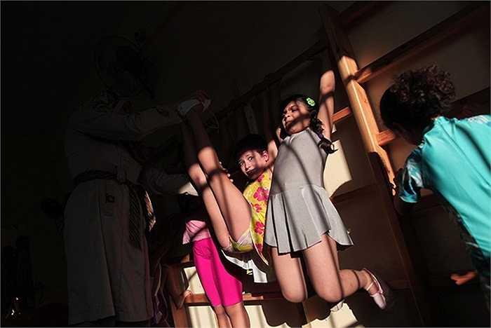 Những cô bé người Palestine đang luyện tập trong một phòng dạy múa ba lê tại Dải Gaza