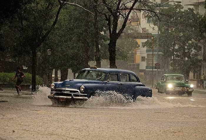 Những chiếc xe hơi vật lộn với mưa lớn trong cơn bão ở Havana, Cuba