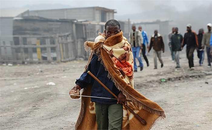 Những người thợ mỏ Nam Phi biểu tình sau khi cảnh sát bắn hơi cay vào họ