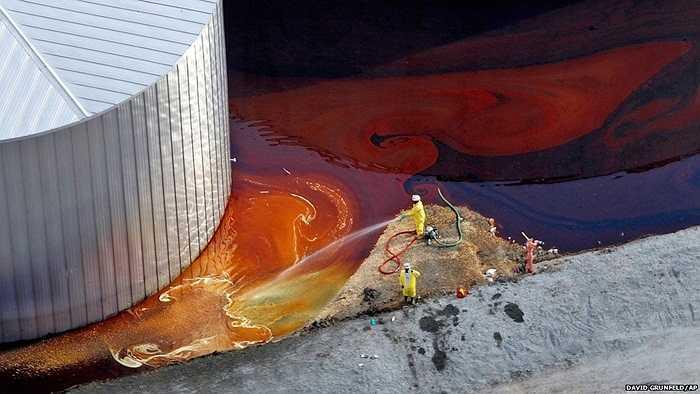 Các công nhân đang dọn dẹp những hóa chất bị rò rỉ sau cơn bão Issac tại New Orleans, Mỹ