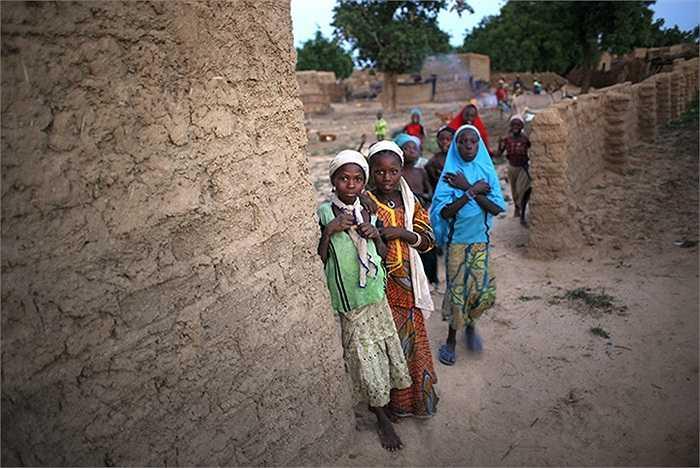 Những cô gái trẻ tại Hawkantaki, Nigeria