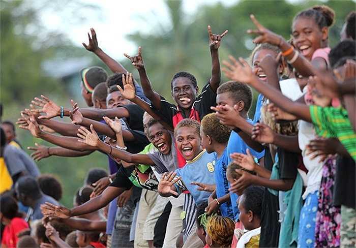 Người dân địa phương chào đón vợ chồng Hoàng tử William đến thăm Honiara, đảo Solomon