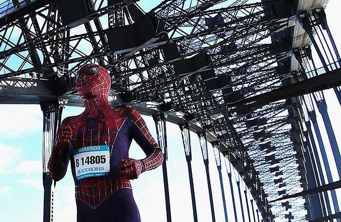 Vận động viên mặc trang phục người nhện tham dự cuộc thi chạy ở Sydney, Australia