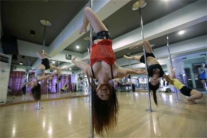 Nữ vũ công múa cột đang luyện tập tại thành phố Vũ Hán, tỉnh Hồ Bắc, Trung Quốc