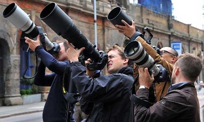 Phóng viên đang tác nghiệp tại một đường phố ở thủ đô London, Anh