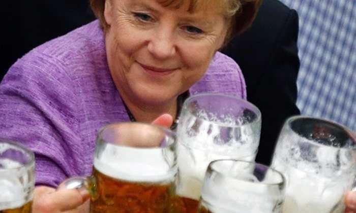 Bà Merkel, Thủ tướng Đức uống bia cùng người dân ở Abensberg, miền nam nước Đức