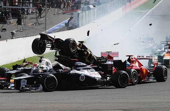 10 chiếc xe hơi đâm vào nhau tại giải đua xe công thức 1 Grand Pix diễn ra ở Bỉ