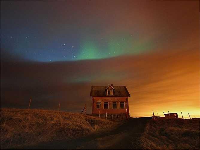 Sắc màu huyền ảo trên bầu trời đêm ở làng quê Iceland