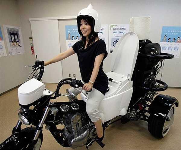 Người mẫu Akiko Matsuyama của hãng TOTO trong mẫu xe ba bánh 250 phân khối có gắn bồn cầu được quảng cáo là thân thiện với môi trường