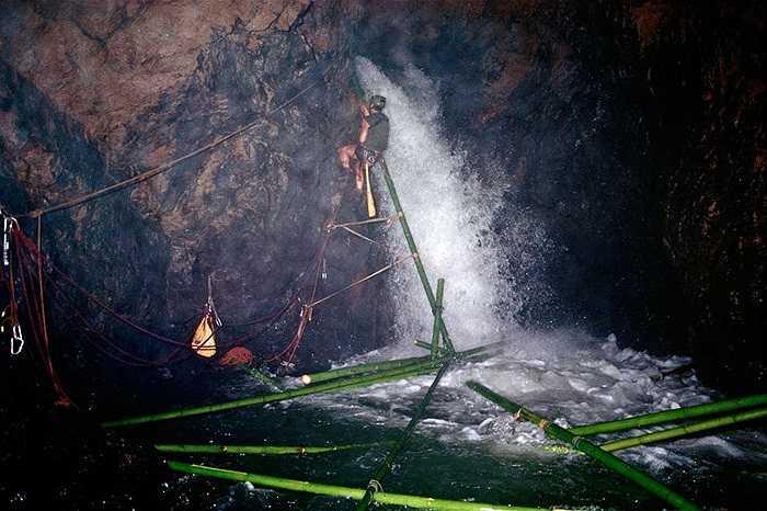 Nhà thám hiểm Kerry Hamilton đang khám phá hang động Tham Susa Pang Mapha, Thái Lan