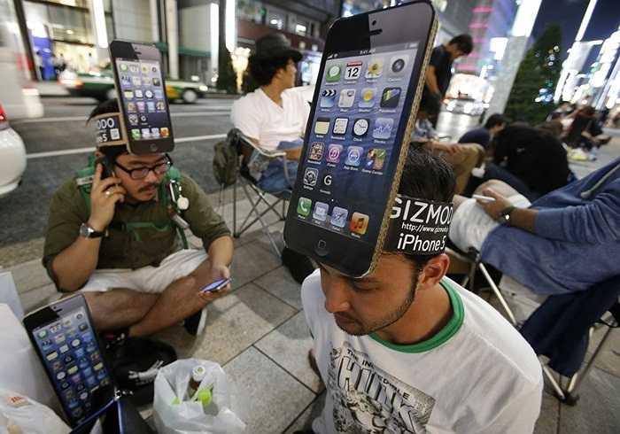 Những fan cuồng của iPhone 5 đợi bên ngoài cửa hàng Apple ở thủ đô Tokyo, Nhật Bản