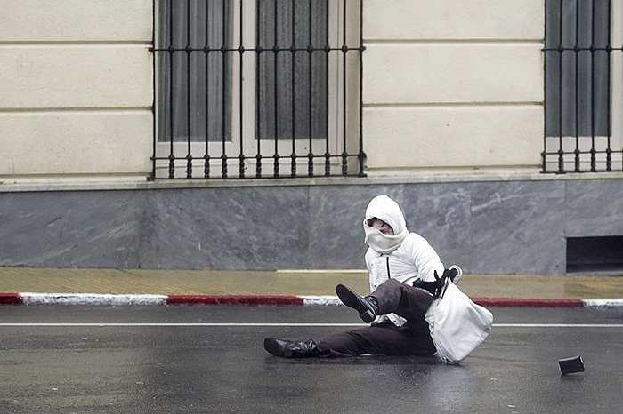 Người phụ nữ bị gió mạnh thổi ngã trên đường phố Montevideo, Uruguay