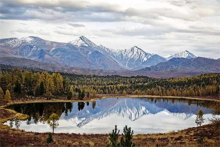 Cảnh thu thanh bình cùng hồ trên núi ở Cộng hòa Altai, Nga