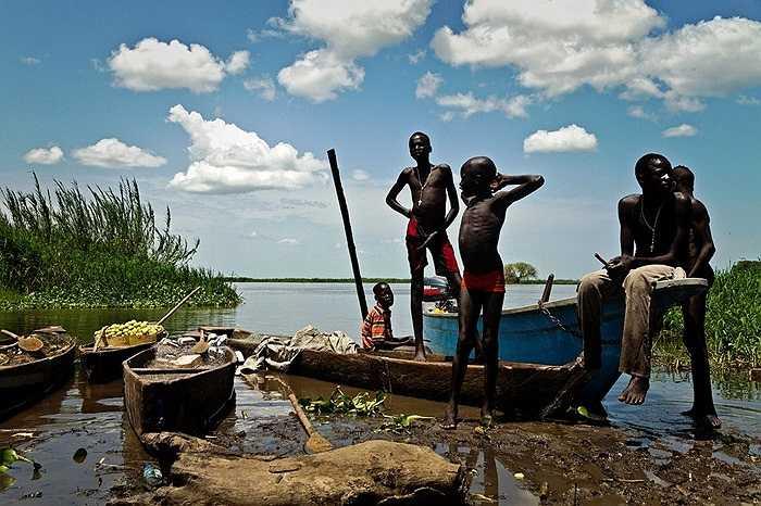 Những cậu bé người dân tộc Mandari chờ thuyền bên dòng sông Nile để tới Terekeka, Nam Sudan