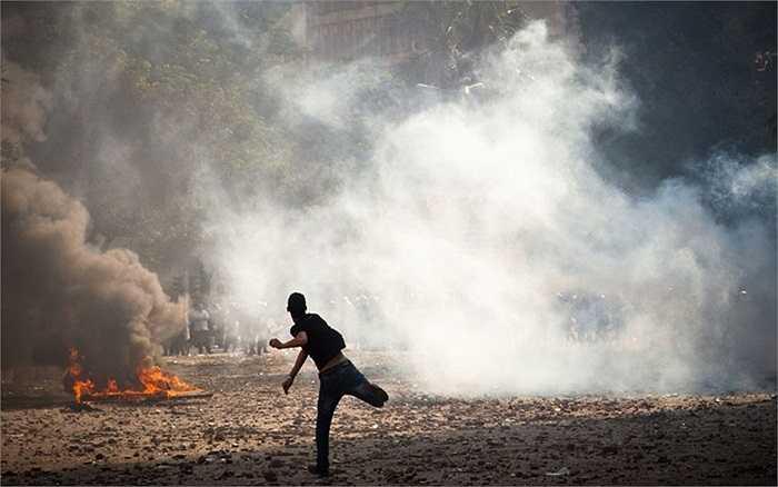 Người biểu tình ném đá vào cảnh sát trong cuộc đụng độ ở thủ đô Cairo, Ai Cập