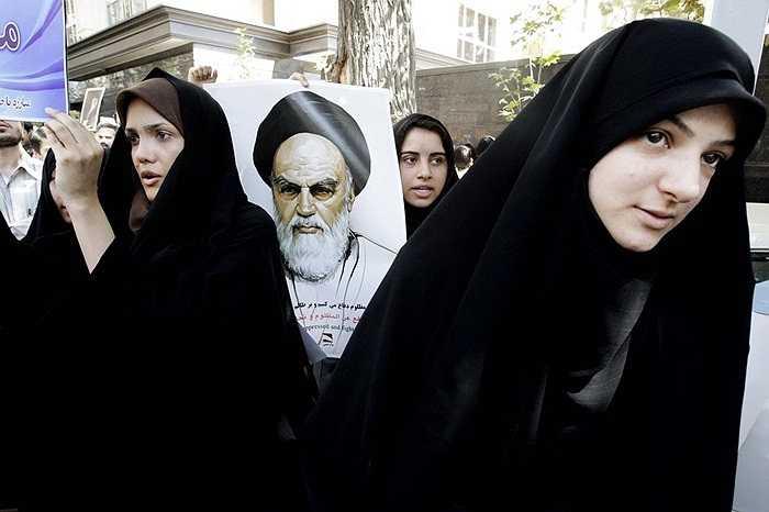 Người biểu tình tập trung ngoài Đại sứ quán Thụy Sĩ ở thủ đô Tehran, Iran