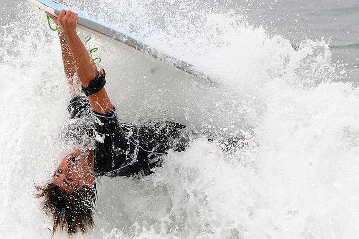 Vận động viên người Brazil lướt sóng ở bãi biển Copacabana