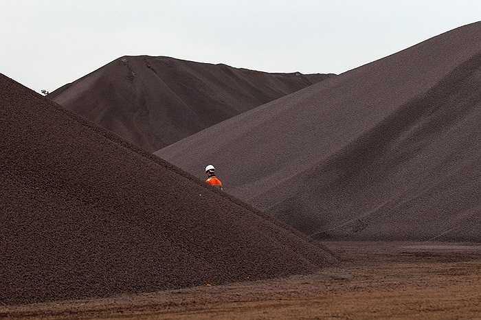 Công nhân ngang qua mỏ quặng sắt ở Hamburg, Đức