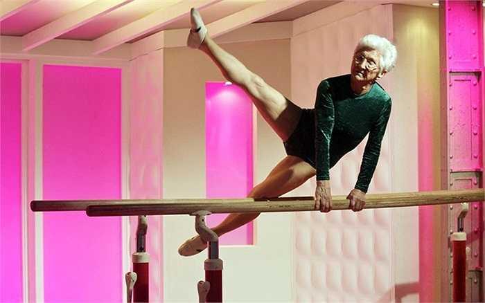 Huấn luyện viên thể dục già nhất thế giới - Johanna Quass (87 tuổi) biểu diễn trong chương trình 'Chào buổi sáng' của đài ITV ở London, Anh