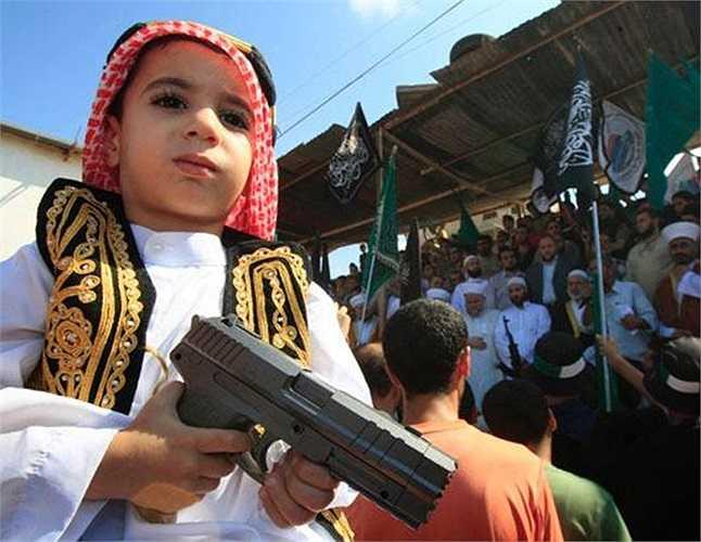 Cậu bé cầm súng trong một vụ biểu tình phản đối bộ phim do Mỹ sản xuất được cho là 'chế nhạo' nhà tiên tri Hồi giáo Islam Prophet Muhammad ở Lebanon