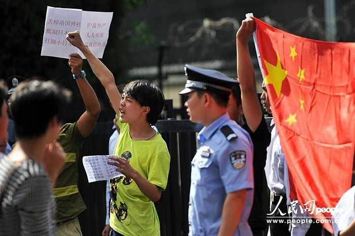 Nhiều cảnh sát bên ngoài sứ quán Nhật duy trì trật tự, tránh xảy ra điều đáng tiếc