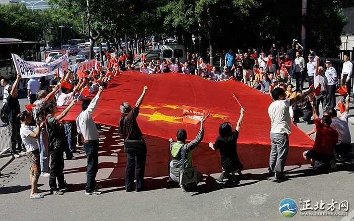 Họ mang theo quốc kỳ cỡ lớn tới trước sứ quán Nhật