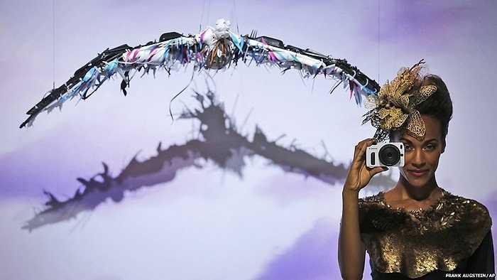 Người mẫu đang giới thiệu máy ảnh trong triển lãm nhiếp ảnh tại Cologne, Đức