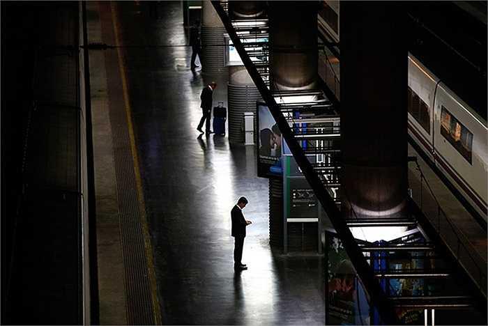 Các hành khách đang đợi tàu điện trong khi các công nhân đang biểu tình ở ga Atocha, Tây Ban Nha