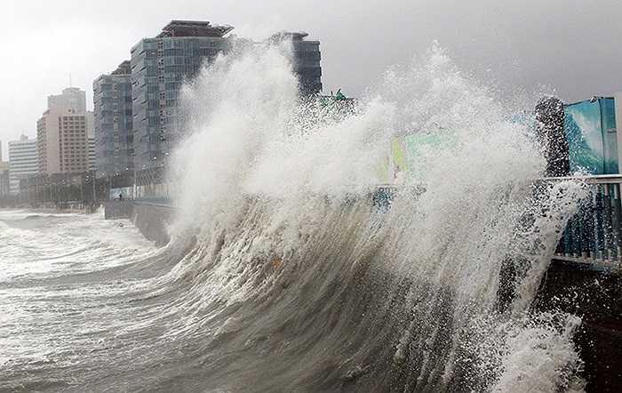 Sóng lớn do bão Sanba gây ra tại thành phố Busan, Hàn Quốc