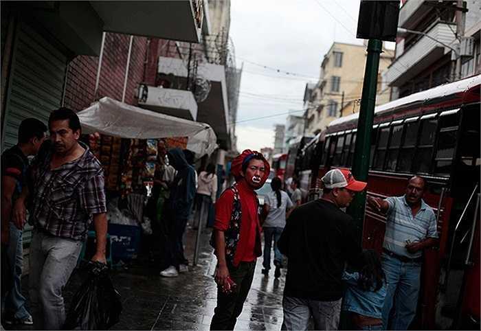 Chú hề đang đứng trên đường phố của Guatemala