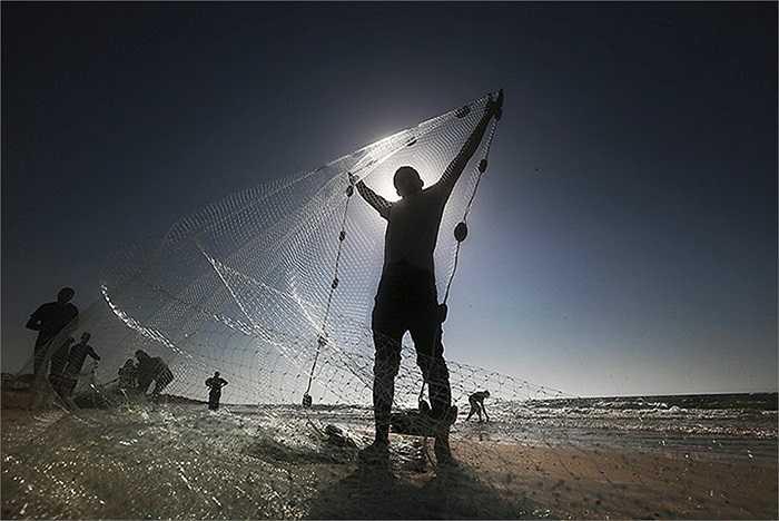 Ngư dân đang chuẩn bị lưới đánh cá ở Al-Nusirat, Dải Gaza