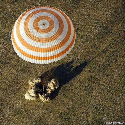 Phi thuyền Soyuz của Nga trở về Trái đất cùng với phi hành đoàn 3 người của mình sau 123 ngày sinh sống và làm việc trên trạm ISS