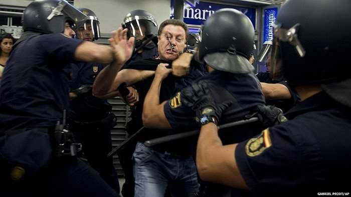 Cảnh sát đang trấn áp người biểu tình quá khích tại Madrid, Tây Ban Nha