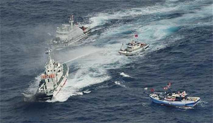 Tàu tuần duyên Nhật dùng 'vòi rồng' phun nước vào tàu Đài Loan