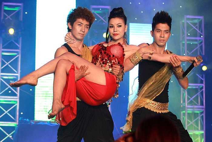 Phần trình diễn của Trà Ngọc Hằng nhận được nhiều sự tán thưởng. Bộ hình do Hải Bá thực hiện.