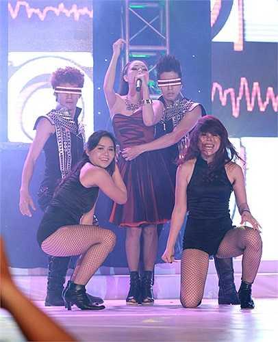 Gây bất ngờ trong chương trình Vũ điệu đường cong, Trà Ngọc Hằng được vũ công xé chân vay, lộ đôi chân gợi cảm.