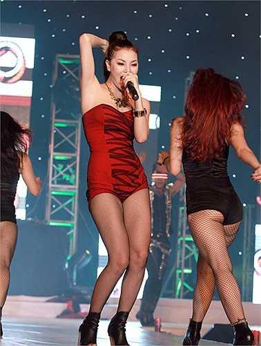 Sau đó, người đẹp nhảy sôi động cùng một ca khúc do cô thể hiện.