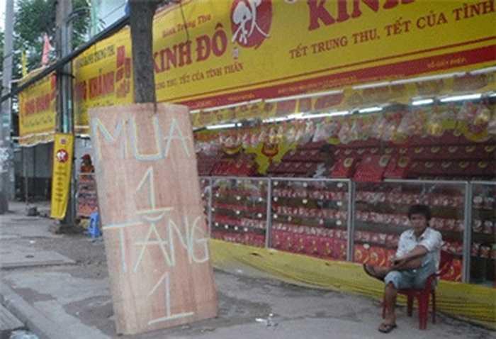 Biển Mua 1 tặng 1, nhiều nhất tại các cửa hàng giăng biển hiệu Kinh Đô, Đồng Khánh.(ảnh internet)