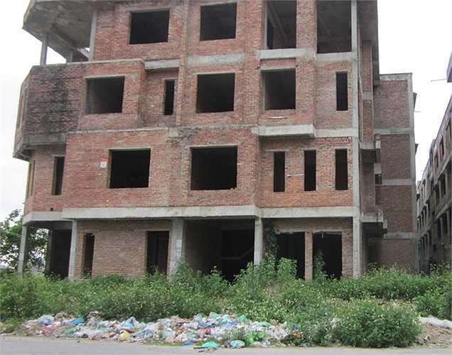 Đặc biệt, những căn biệt thự bỏ hoang còn thành những bãi rác bất đắc dĩ dù hầu hết đều là các căn biệt thự đã từng có giá siêu đắt ở Hà Nội, từ 20 - 30 tỷ/căn.