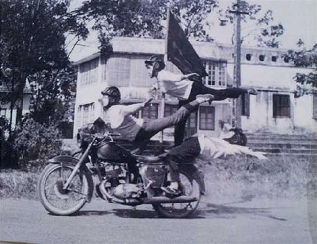 Kể cả nam giới cũng khó làm được như thể này. Ảnh: CLB mô tô Hà Nội cung cấp.