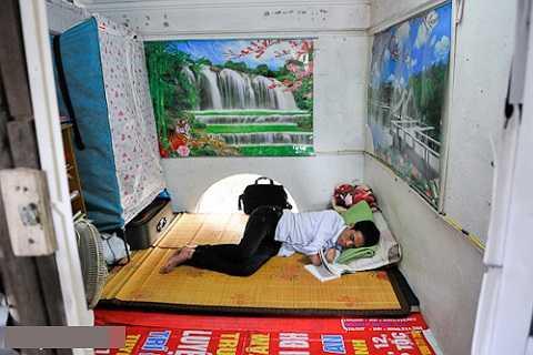 Cậu trọ học trong căn gác chưa đầy 10m2 tại Phú Diễn, Từ Liêm, Hà Nội.